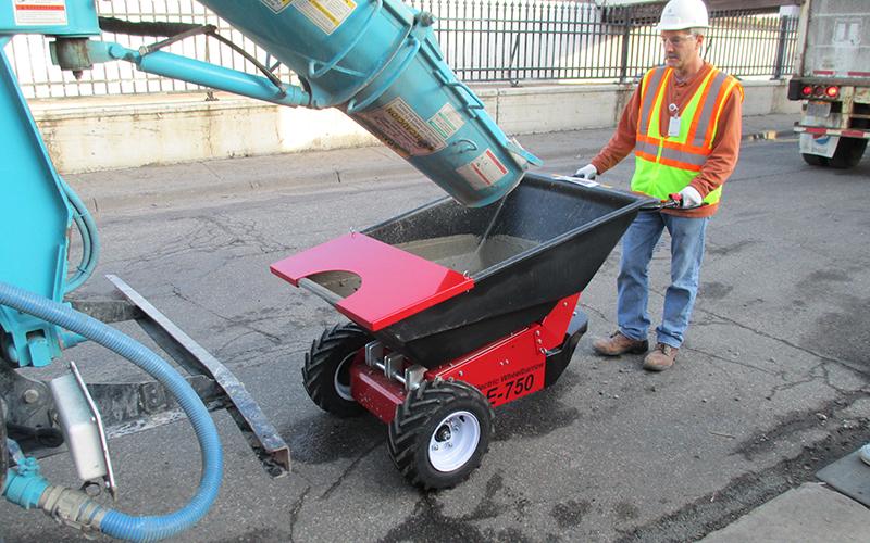 utilizando la carretilla eléctrica para cargar concreta de un camión de entrega