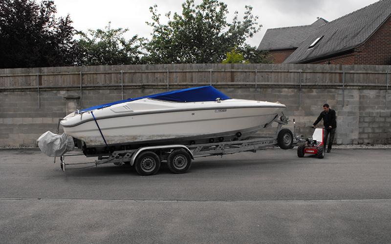 Utilizando el MUV Trailer Mover _ para mover un 2,000kg, doble eje, remolque del barco