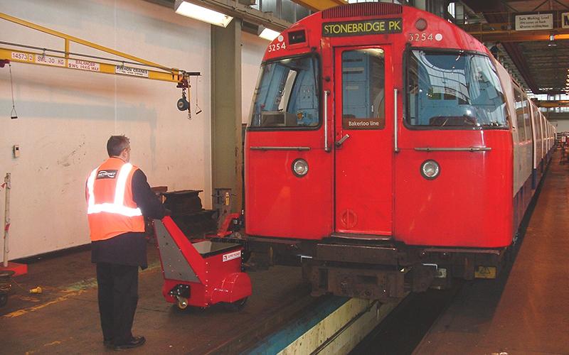 Super Power Pusher en el metro de Londres Stonebridge Park depósito de mantenimiento empujando el material rodante