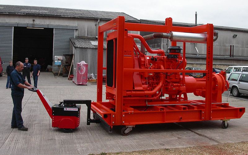Super Power Pusher, con dirección del brazo, moviendo Bomba Industrial 5,000Kg a Xylem, Godwin Pumps