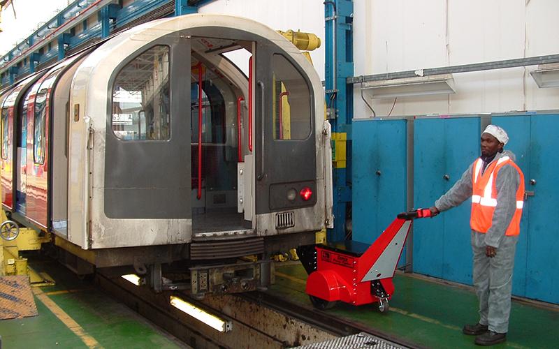 Super Power Pusher, con apego a medida, empujando 180,000Kg material rodante en el metro de Londres depósito de mantenimiento