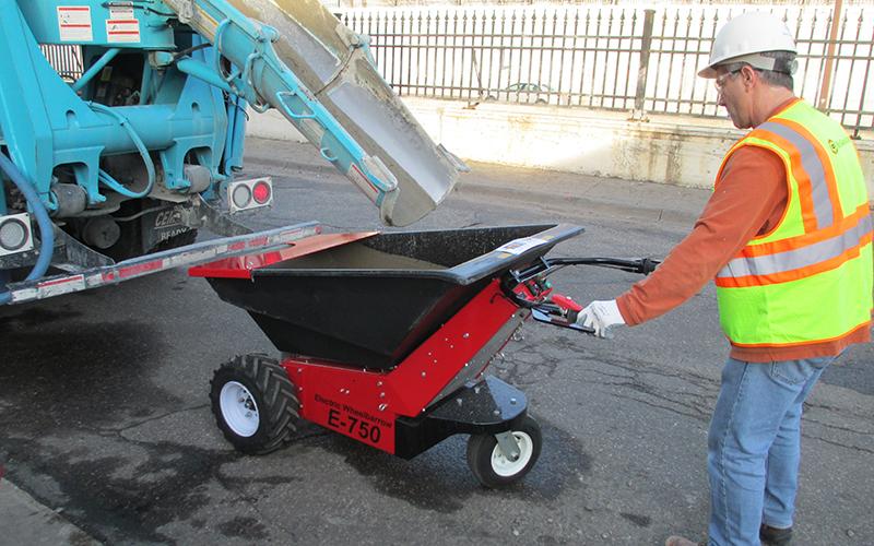 la carga de la MUV carretilla eléctrica _ con hormigón desde un camión de mezcla de concreto